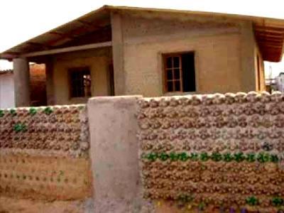 забор из бутылок и бетона