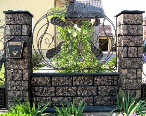бетонный забор с кованными элементами