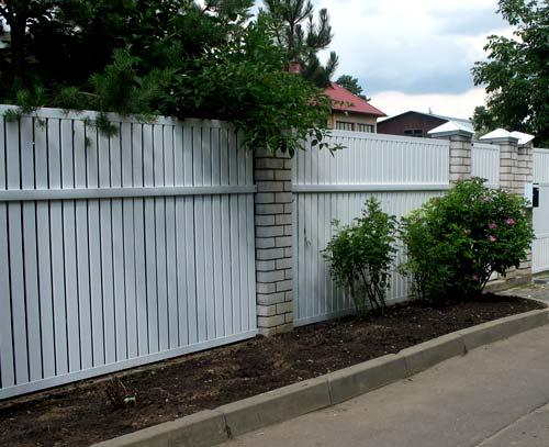комбинированный металлопластиковый забор