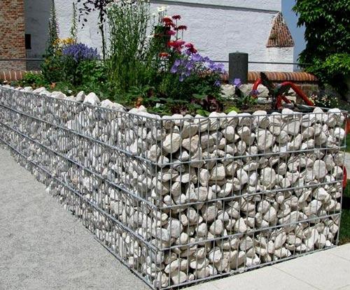 клумба из сетки и камня