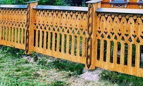забор с кружевной резьбой