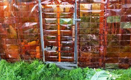 забор из пластиковых бутылок