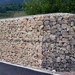 Заборы из камня в сетке