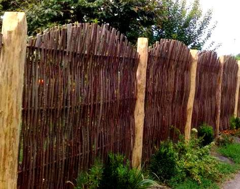 ограда тын с бревнами