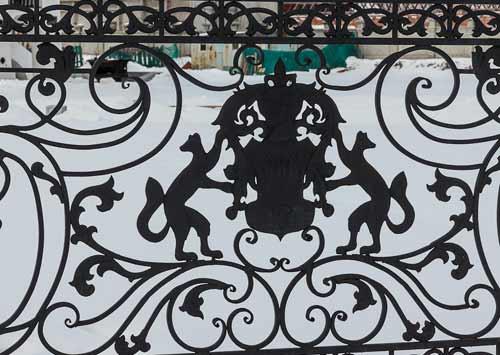 кованый забор с гербом