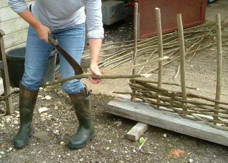 Как правильно поставить деревянный забор своими руками фото 525