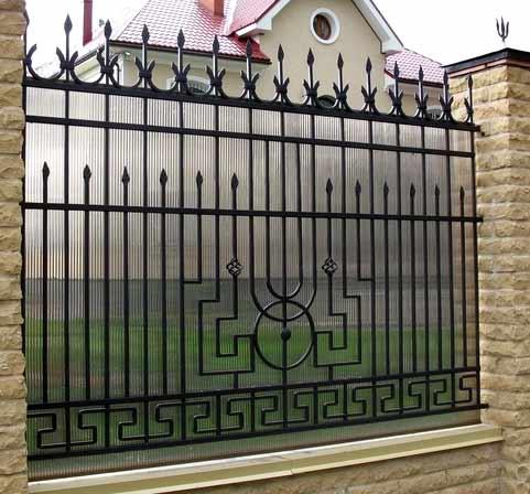 поликарбонатный кованый забор