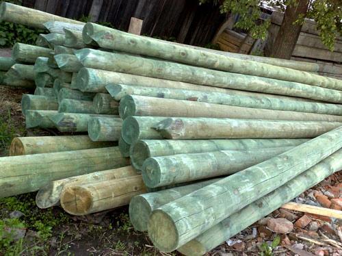 обработанный деревянный столб