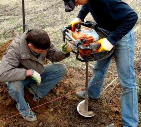 изготовление ям для столбиков