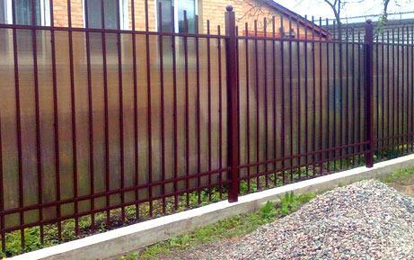 железный забор из поликарбоната