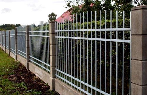 комбинированный забор из бетона