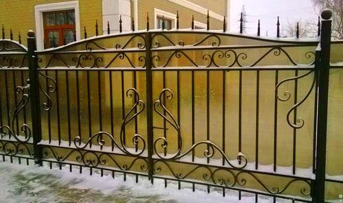 забор с полупрозрачным поликарбонатом