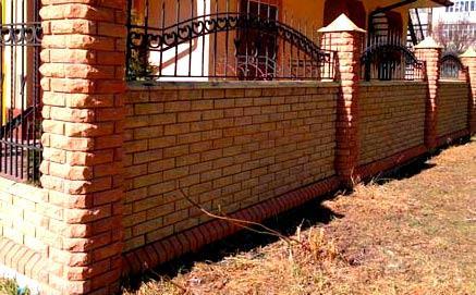 забор из гиперпрессованных кирпичей