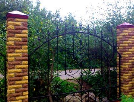 комбинированный забор из кирпича