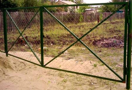 зеленые ворота из сетки рабицы