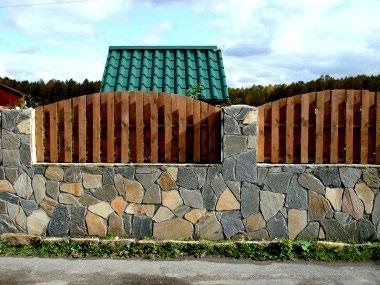 ограда из камня и штакетника