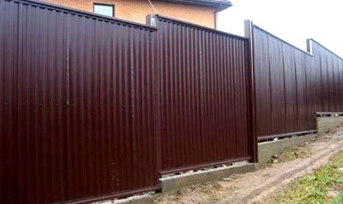 Забор из профнастила на склоне своими руками