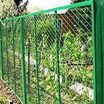 Заборы зеленого цвета из сетки и профнастила