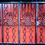 Установка ворот из профнастила с элементами ковки