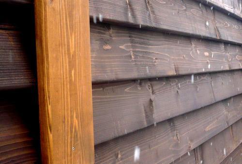 обработанный забор деревянный