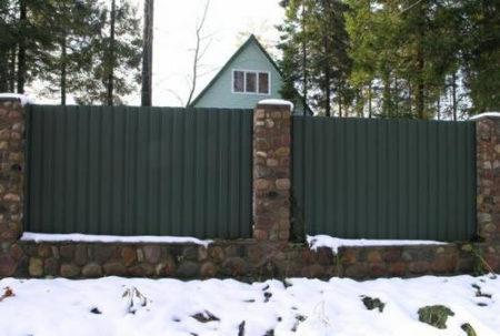 Дизайн забора частного дома из профнастила: фото