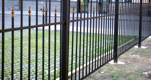металлический забор стадион
